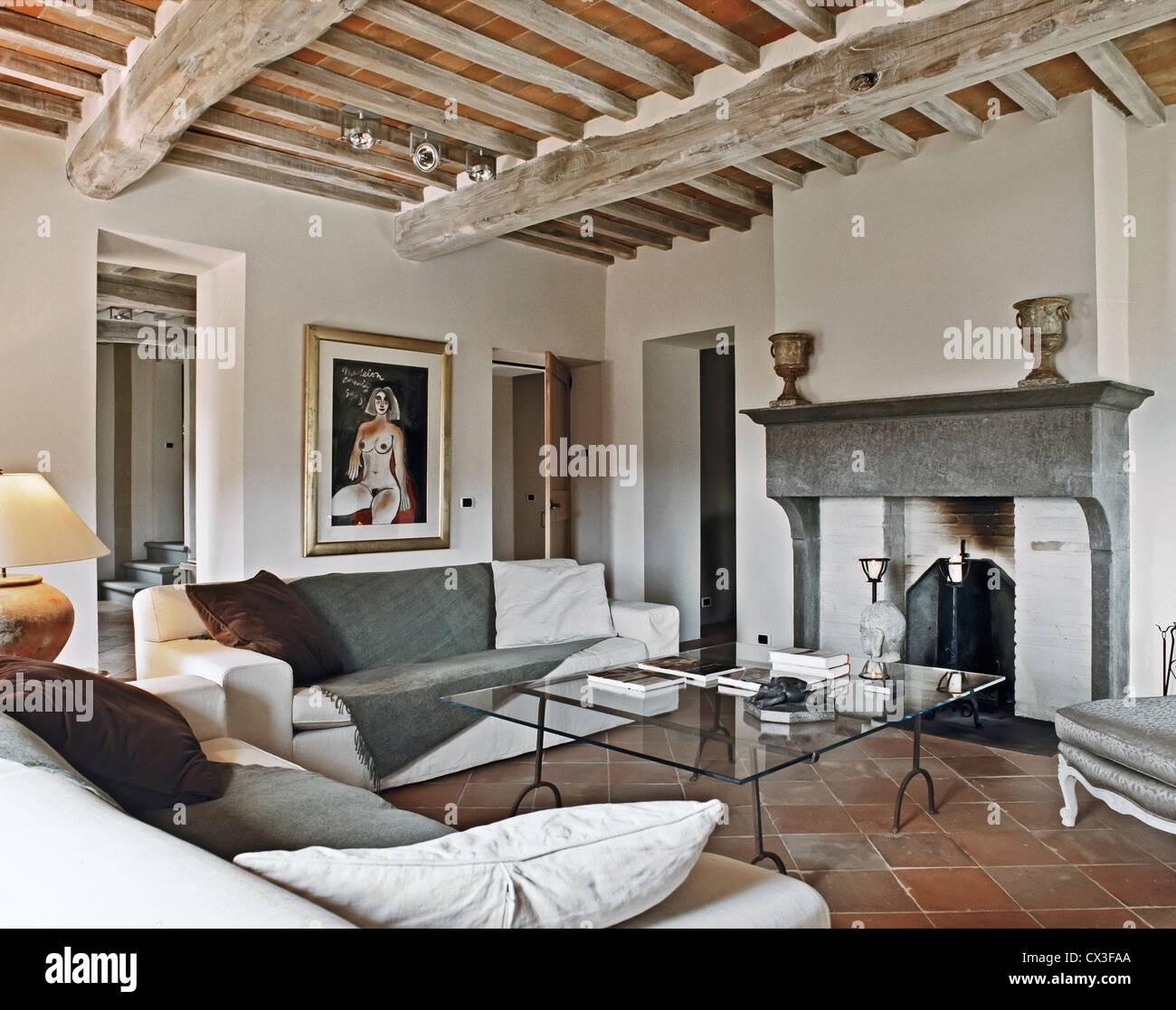 rustikales Wohnzimmer mit Kamin und Terrakotta Fliesen