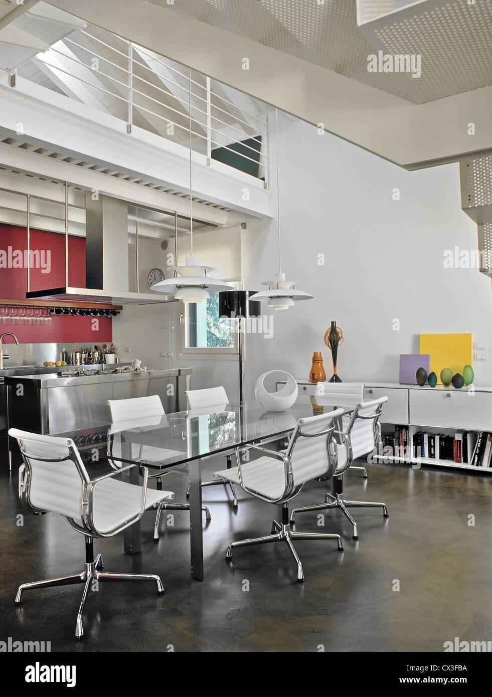 moderne esszimmer im zimmer unter dem dach in der n he von k che mit harz stock stockfoto bild. Black Bedroom Furniture Sets. Home Design Ideas