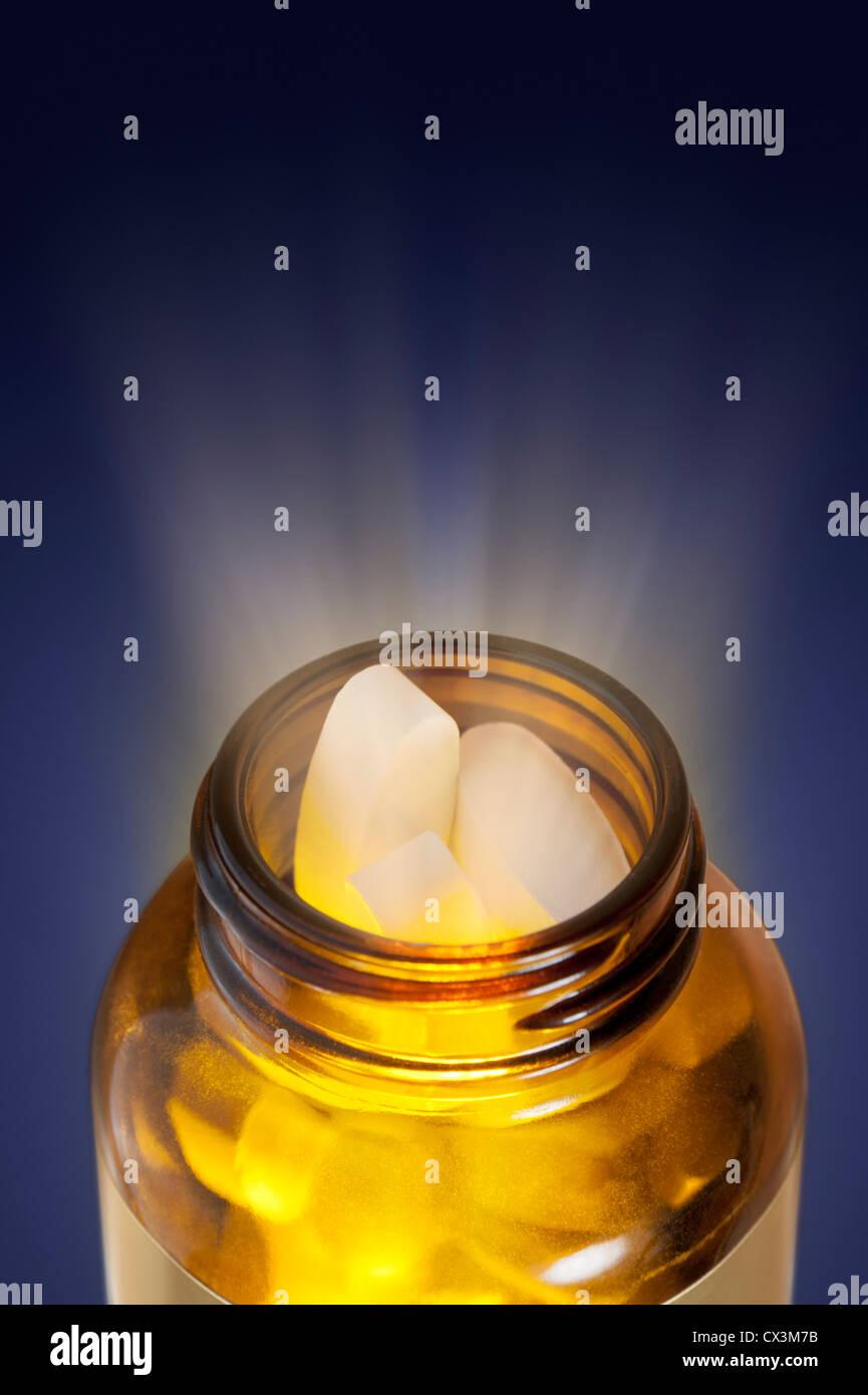 Flasche pillen Wundermittel Konzept mit Licht achten, das aus der Flasche Stockbild