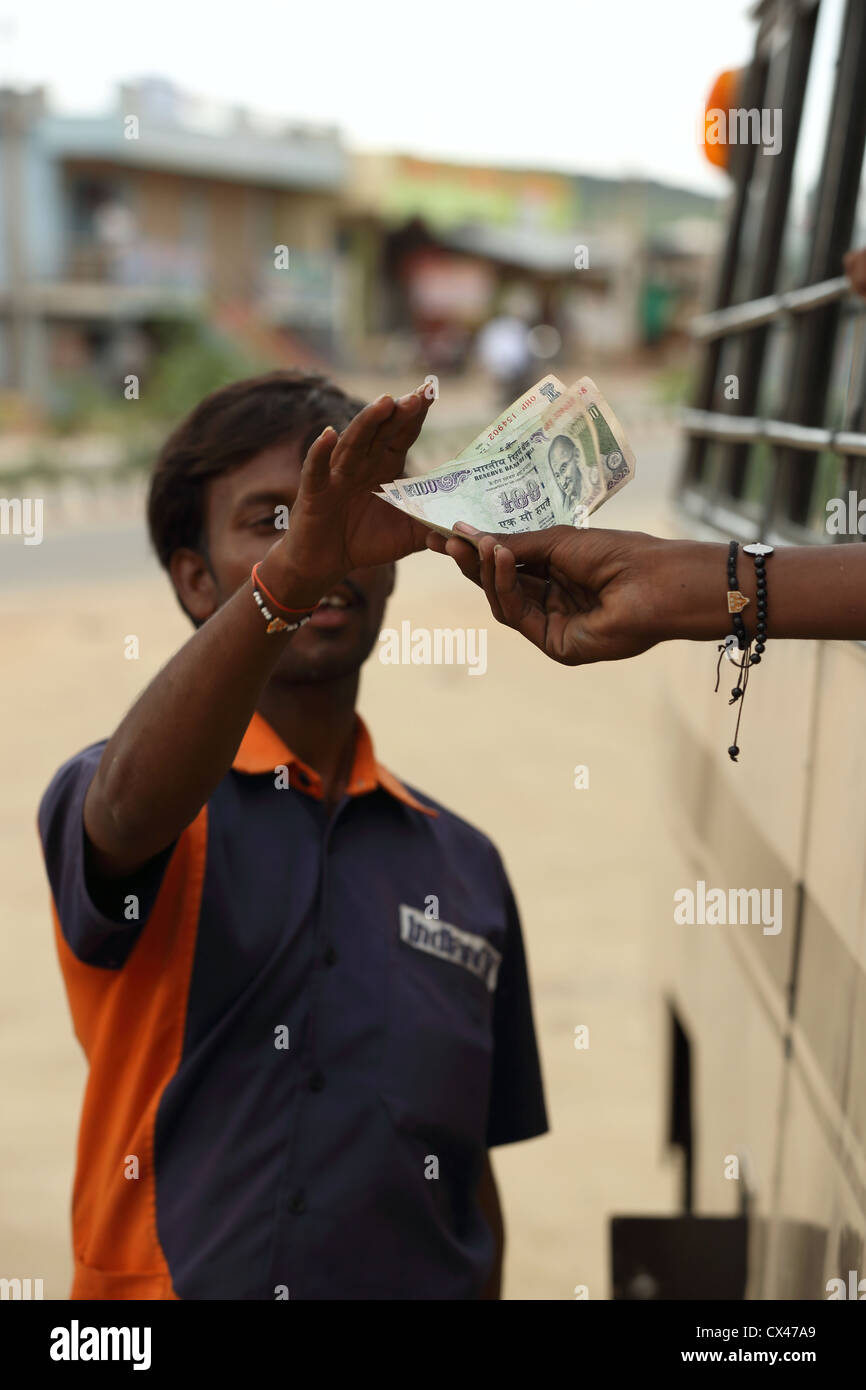 Indische Öl Tankstelle vorbei Arbeitskraft Geldeingang Andhra ...