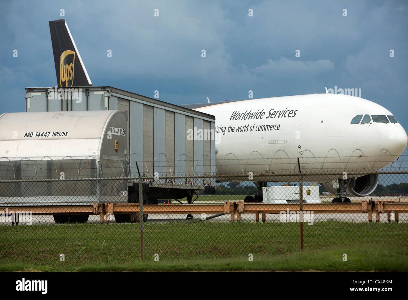 United Parcel Service (UPS) Frachtflugzeug außerhalb einer Sortieranlage. Stockbild