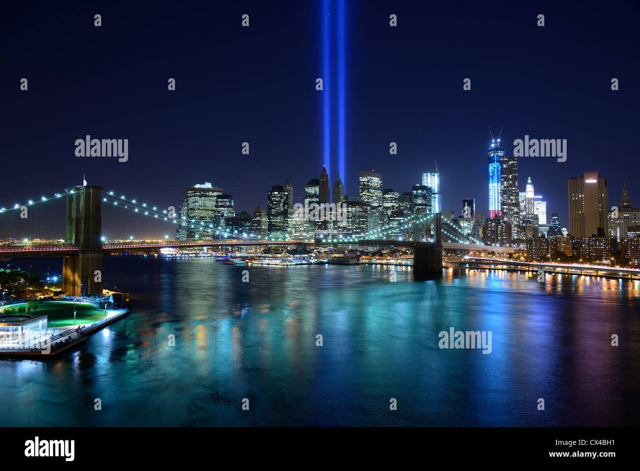 New York City Skyline mit Tribut von Licht Gedenkstätte für den 11. September Stockbild