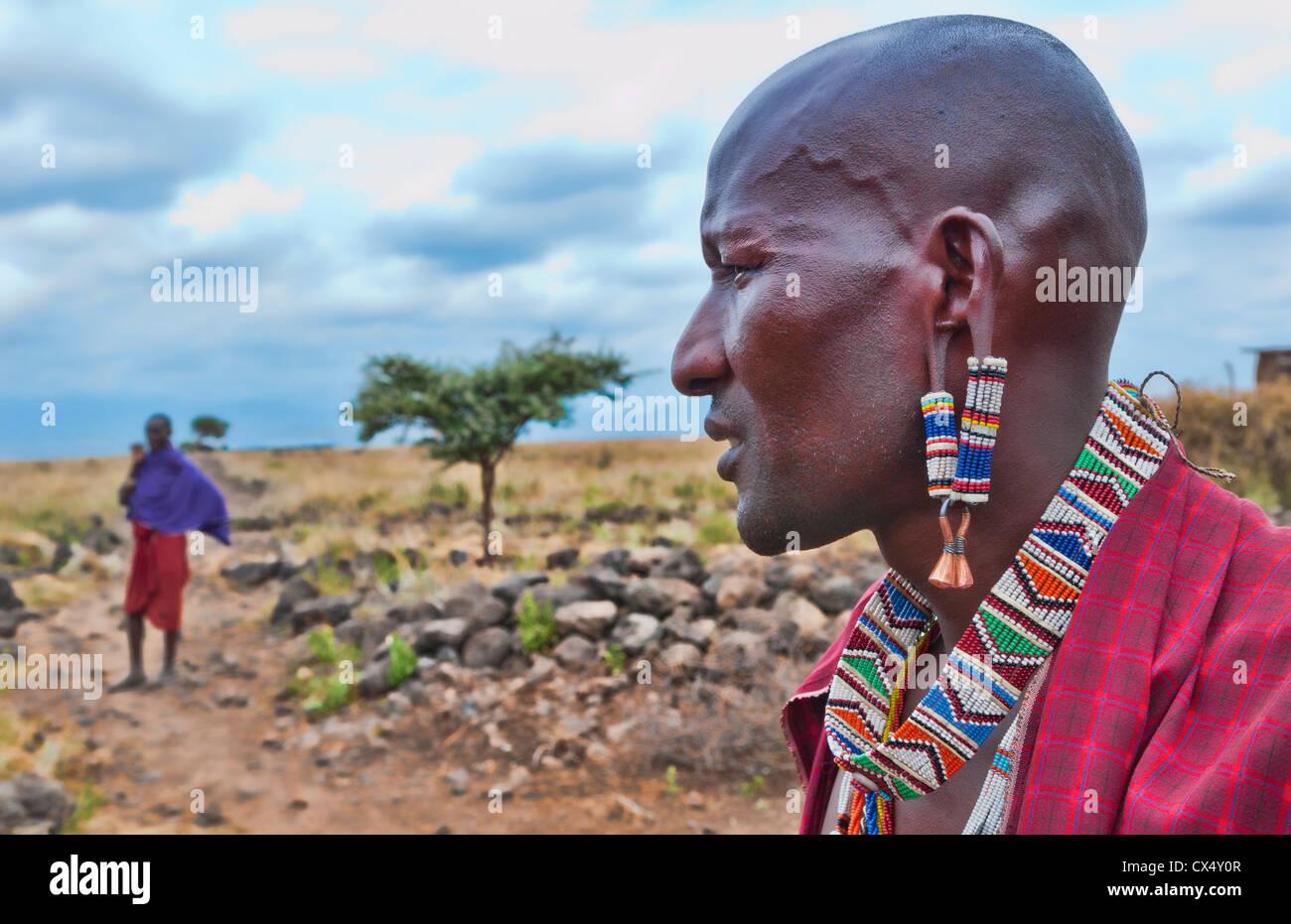 Kenia Afrika Amboseli Maasai Dorf Masai Mann im roten Kostüm Kleid und Perlen Nahaufnahme von Schmuck in abgelegenen Stockbild