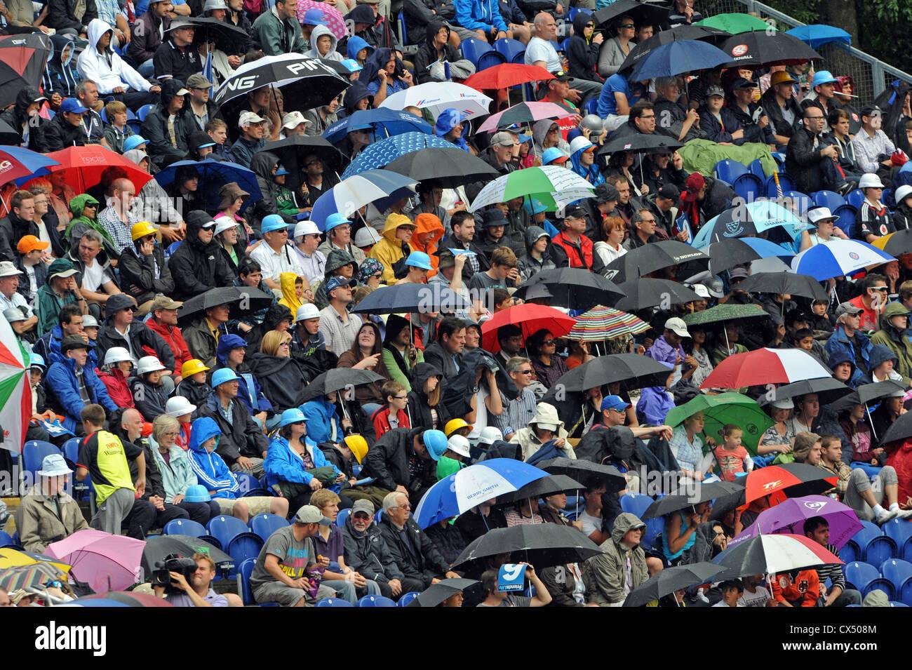 Schirme herauskommen, wie starker Regen während der Cricket Twenty20 Finale Day 2012 im Swalec Stadium in Cardiff Stockbild