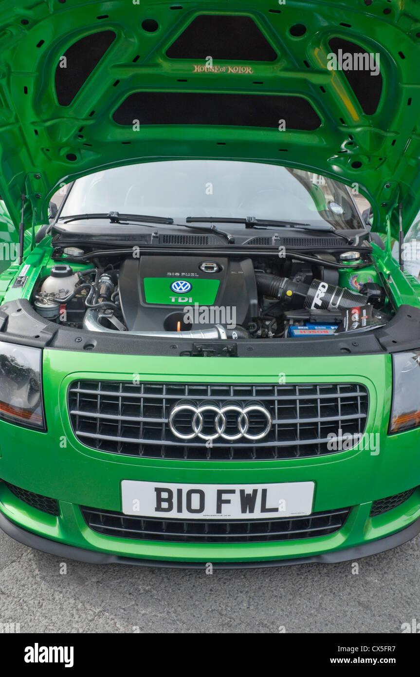 Grünes Auto mit Motorhaube auf und zeigt Biokraftstoff-VW-Motor in einen Audi Auto - Display als Teil einer Stockbild