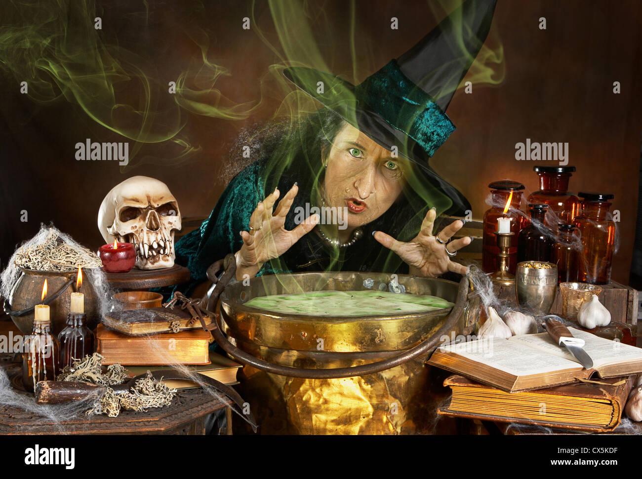 Hässliche alte Halloween Hexe einen Zauber über ihr Kessel Stockfoto ...