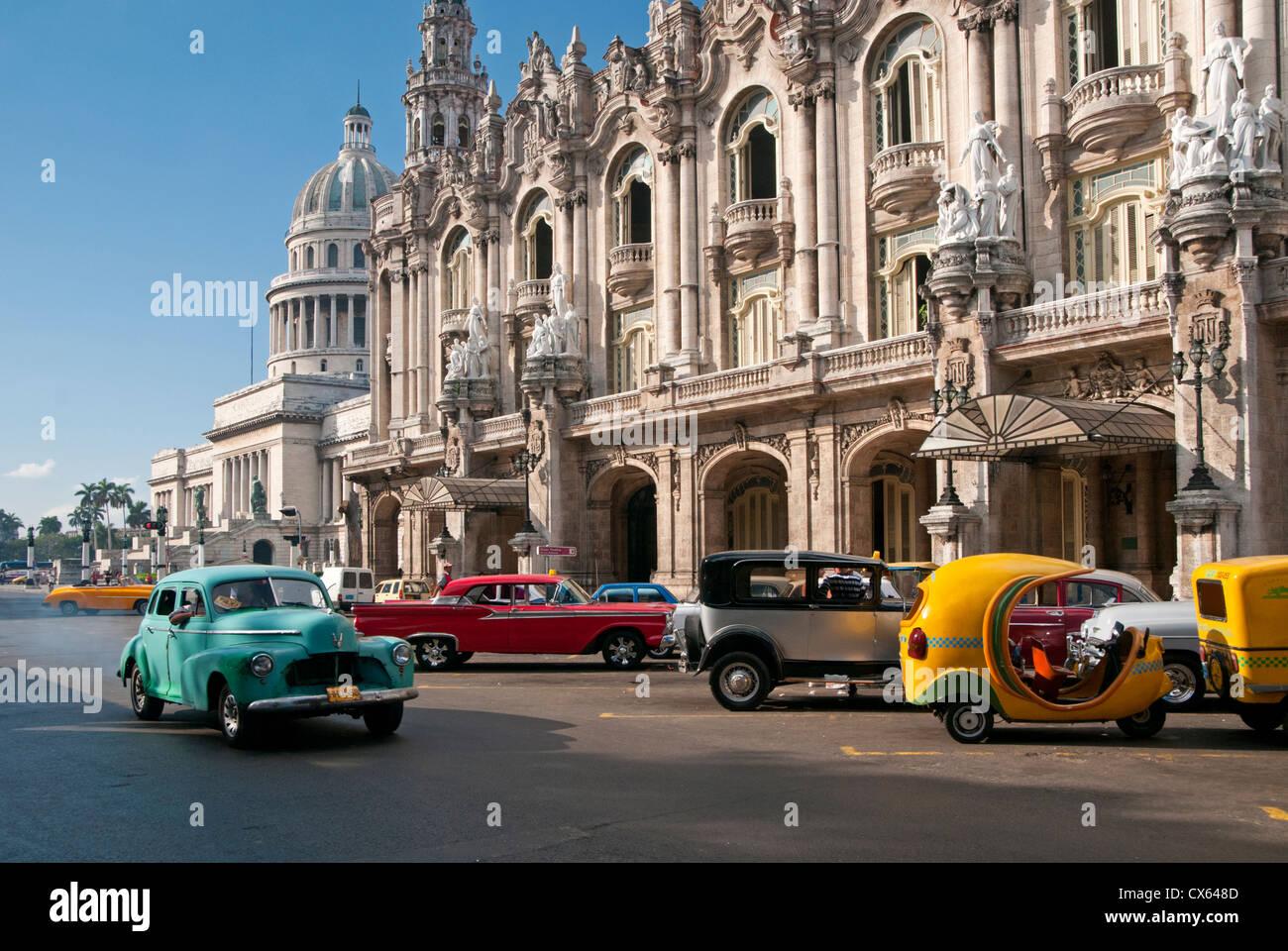 Amerikanische Autos vorbei Capitolio Altbau und Gran Teatro De La Habana, Paseo de Marti, Habana Vieja, Havanna, Stockbild