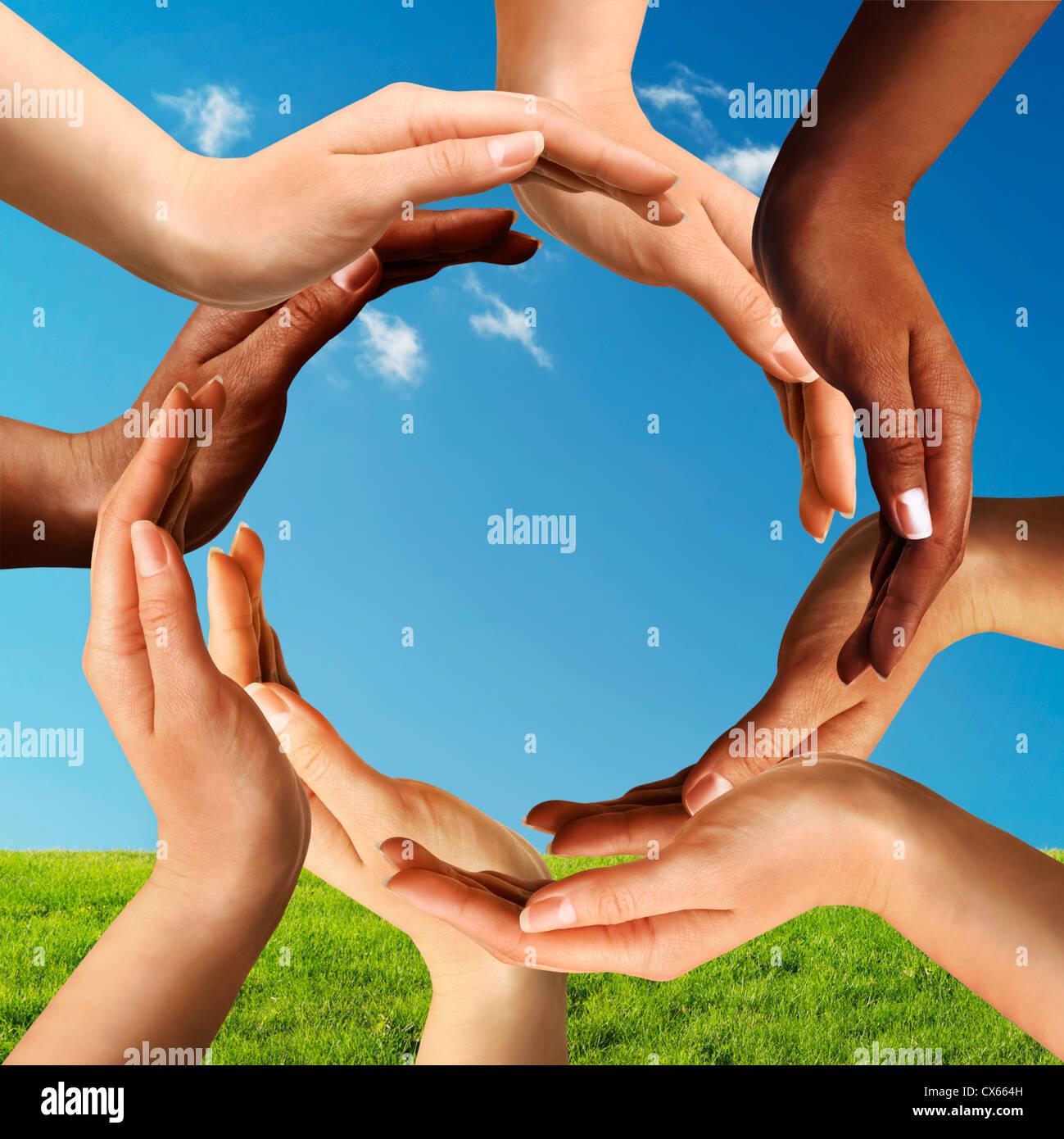 Konzeptionelle Frieden und kulturelle Vielfalt Symbol multirassische Hände machen einen Kreis zusammen auf blauen Stockfoto