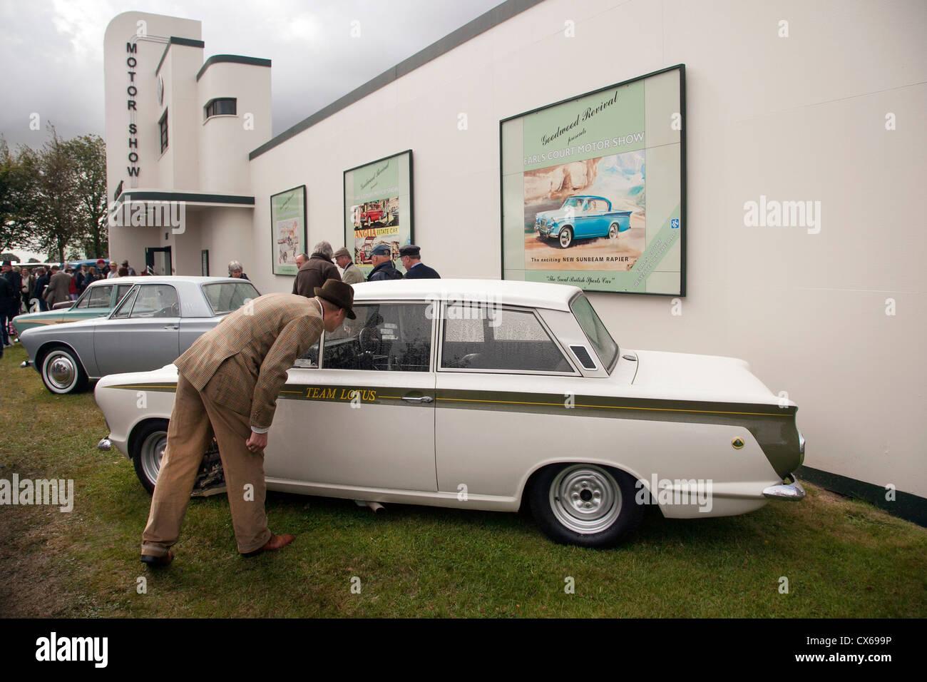 Besucher beim Goodwood Revival Blick auf Ford Lotus Cortina auf das Display Motor Show 2012 Stockbild