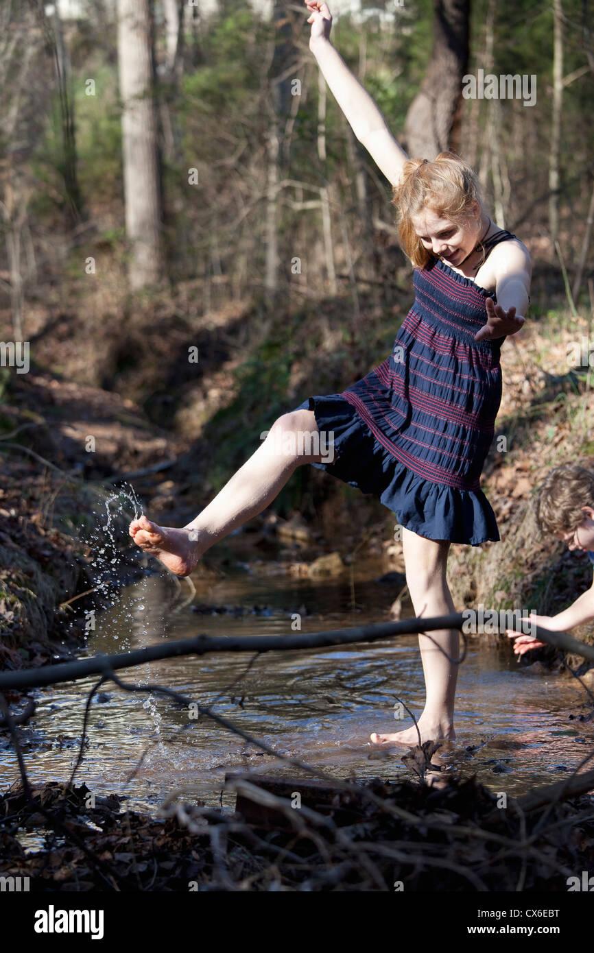 Mädchen treten ihre Füße durch das Wasser in Mooresville, North Carolina, USA Stockfoto