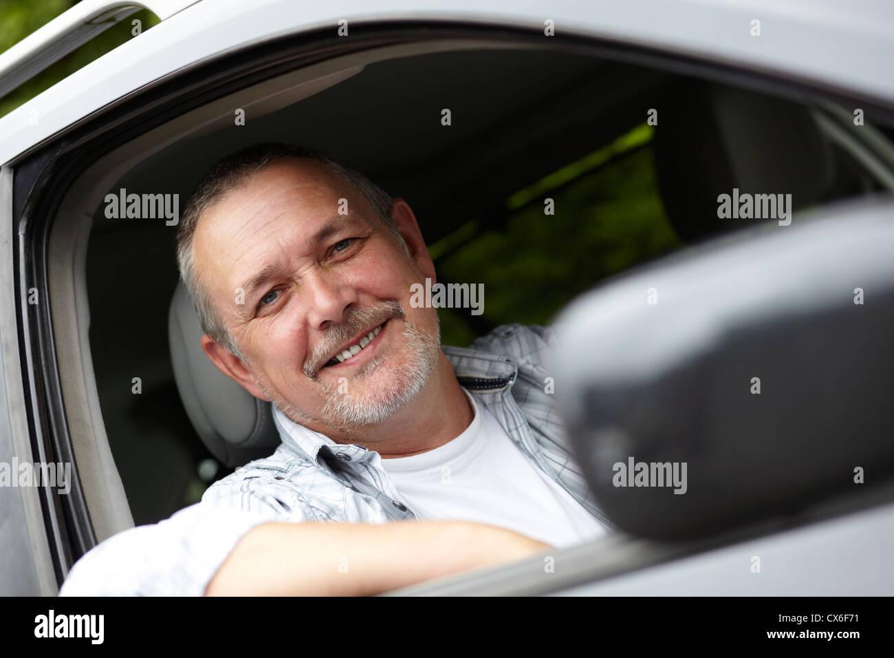 Applying Fahrer Blick aus dem Autofenster Stockbild