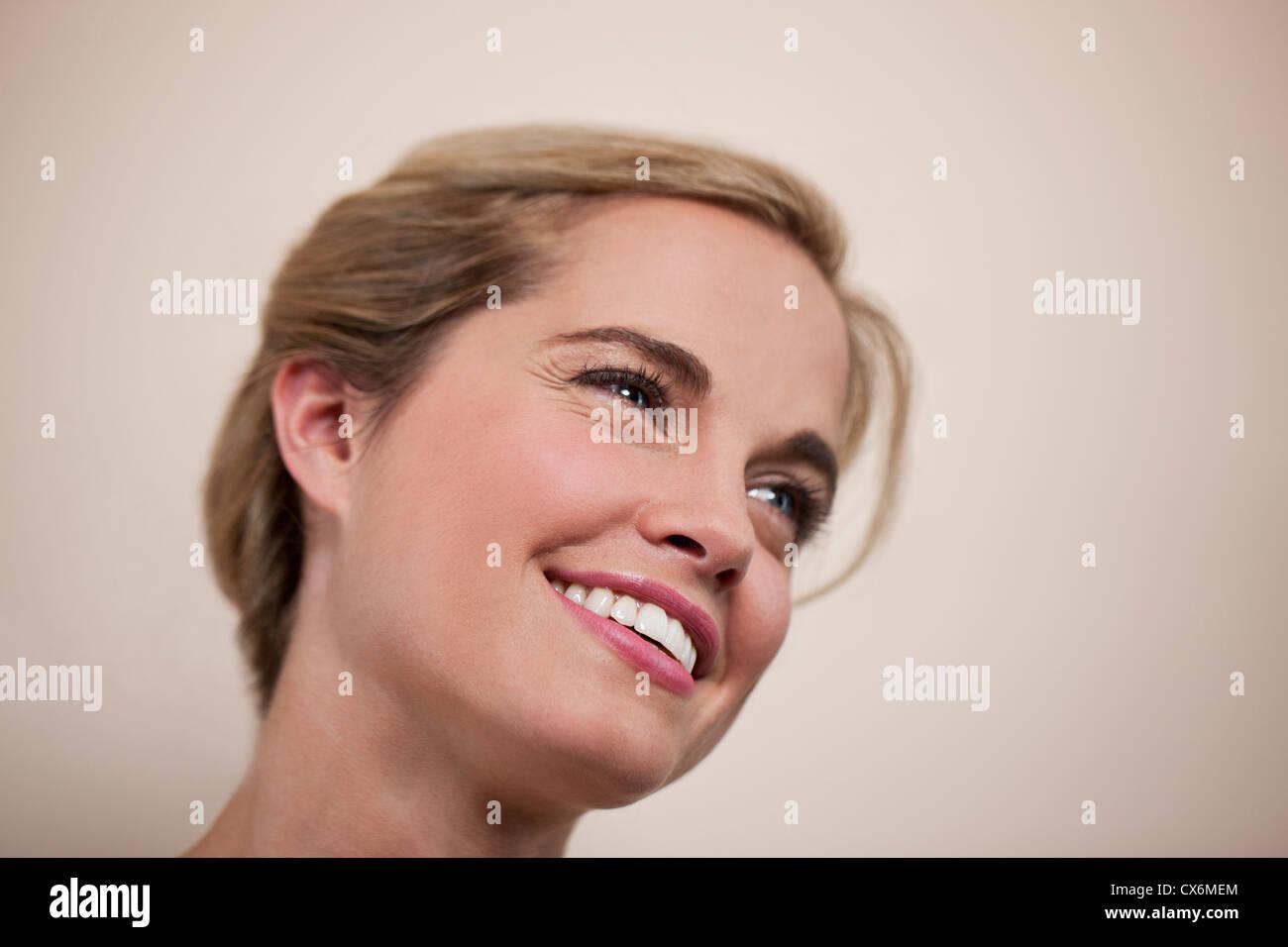 Eine junge Frau wegschauen, Lächeln Stockbild