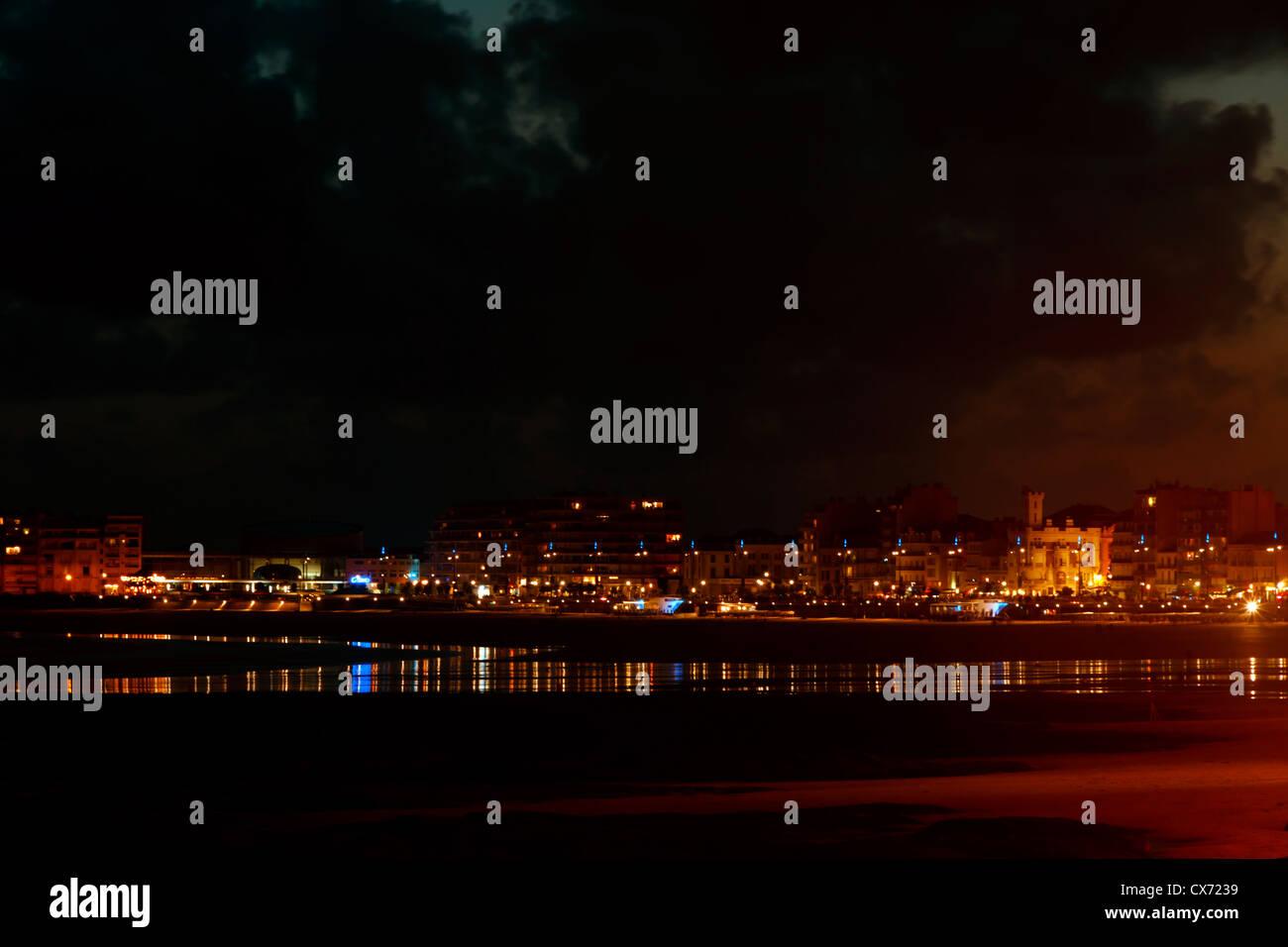 Blick auf Les Sables-d ' Olonne in der Nacht, Vendee, Pays De La Loire, Frankreich. Stockbild