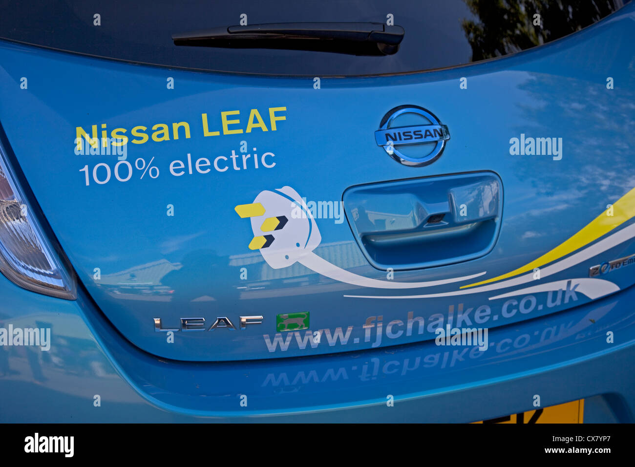 nissan leaf null emissionen ladestation f r elektroautos. Black Bedroom Furniture Sets. Home Design Ideas