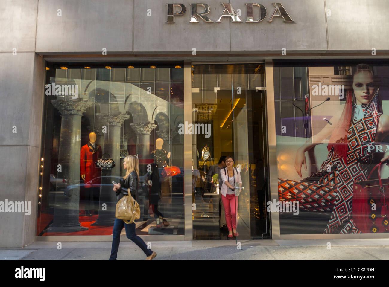new york city ny usa frau einkaufen stra enszenen luxus mode marken shops prada auf fifth. Black Bedroom Furniture Sets. Home Design Ideas