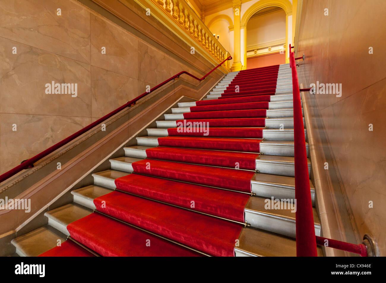 Roten Teppich ausgekleidet Treppen Stockbild