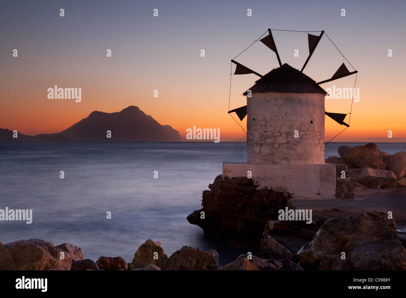 Windmühle am Hafen von Aigiali Amorgos Insel in Griechenland Stockbild