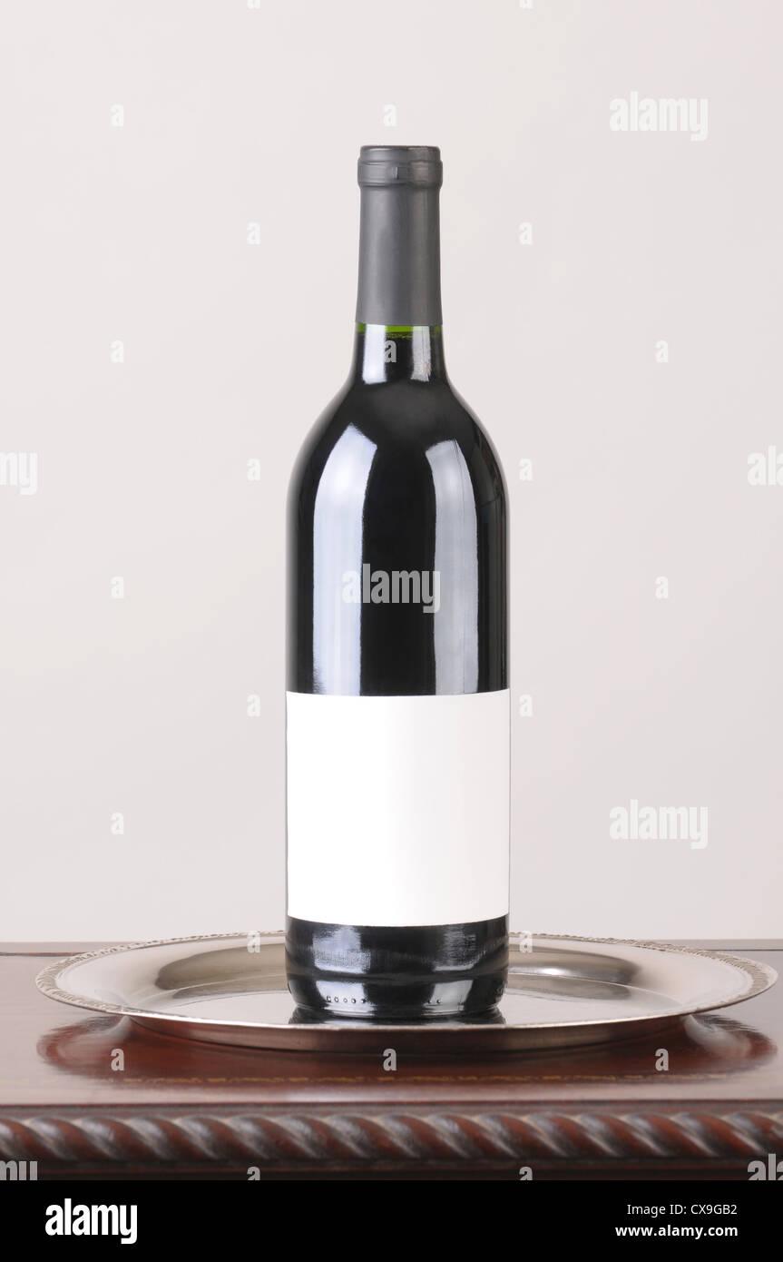 Rot Wein Flasche Mit Blank Label Silber Tablett Und Holz Tisch über