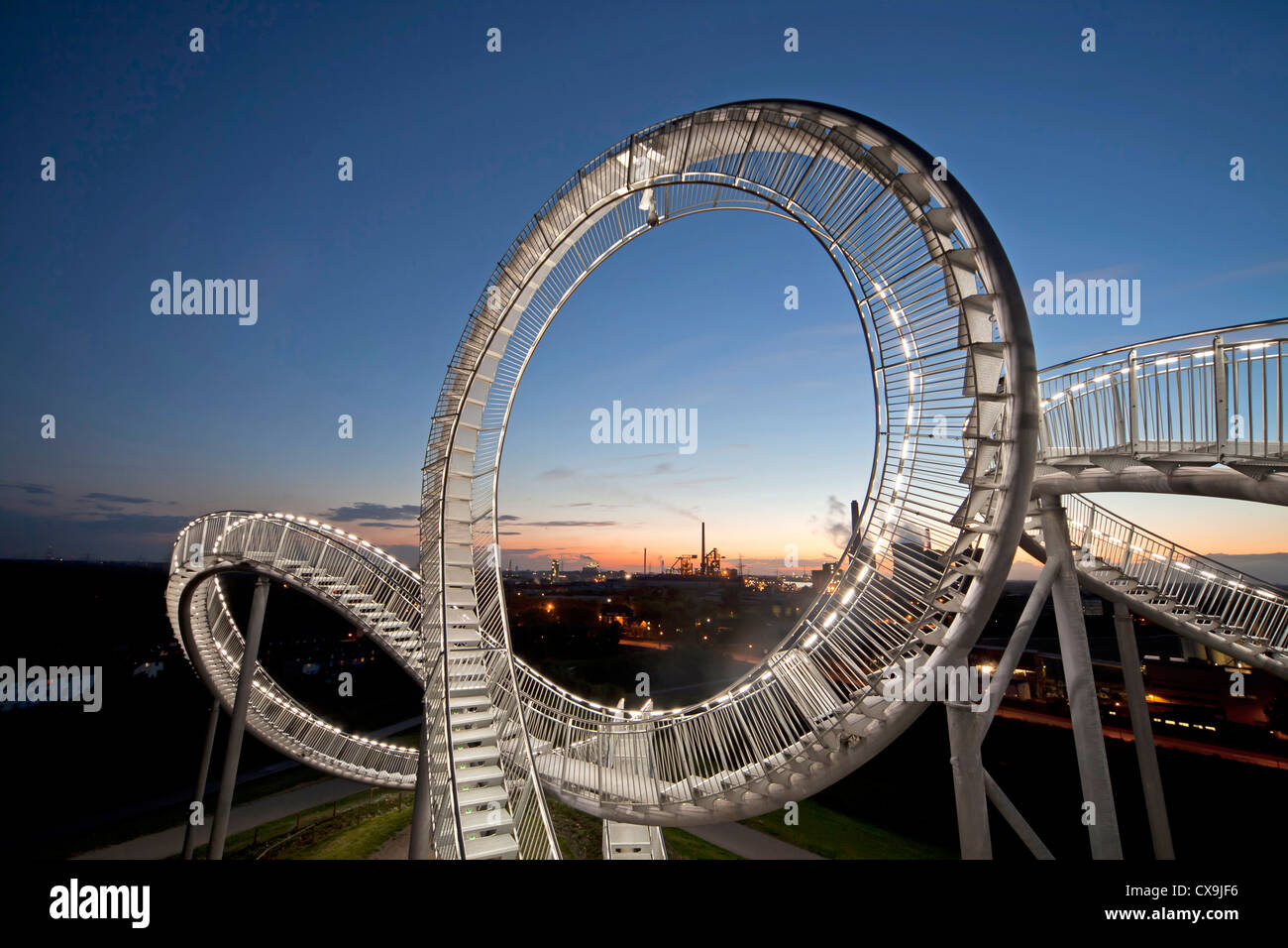 Die begehbare, Rollercoaster geformte Skulptur Tiger & Turtle ? Magic Mountain und Kraftwerk in Duisburg, Deutschland Stockbild
