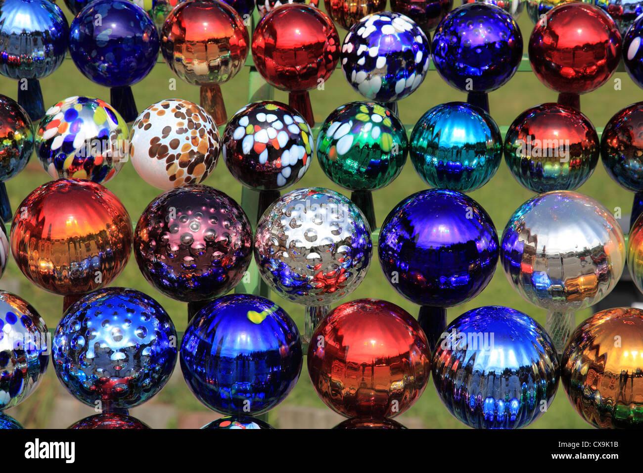 Sammlung von farbigem Glas Kugeln Dekoration im Garten. Foto: Willy ...