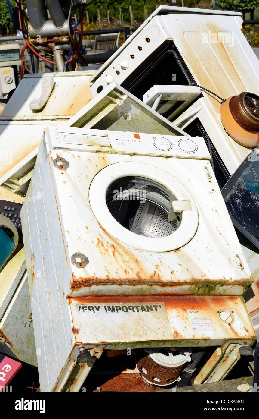 Haushaltsgeräte auf einer Deponie Stockbild