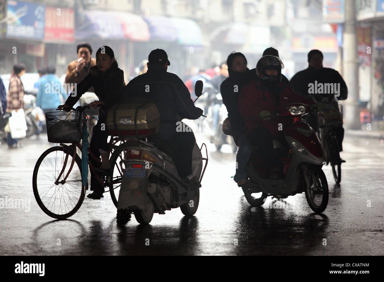 Shanghai, Silhouette der Fahrrad- und Motorrad-Fahrer Stockfoto