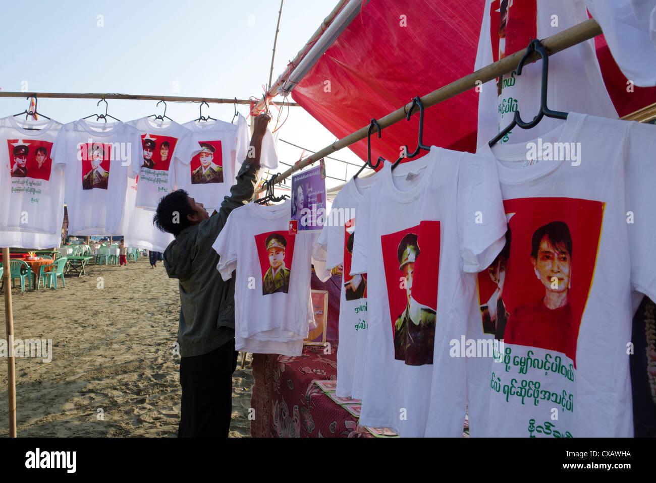 NLD-Stall mit T-Shirts von The Lady und General Aung San, Mawdinsoun Festival, Ende des Irrawaddy-Deltas, Myanmar Stockbild