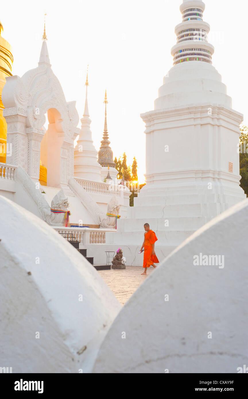 Buddhistischer Mönch herumlaufen Wat Suan Dok Tempel in Chiang Mai, Thailand, Südostasien, Asien Stockbild