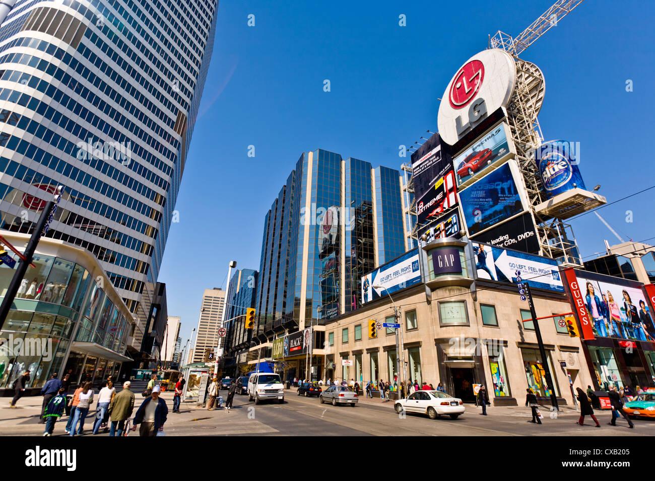 Kreuzung von Young Street und Dundas Street, zeigt Teil von Eaton Center, aus Dundas Square, Toronto, Ontario Stockbild