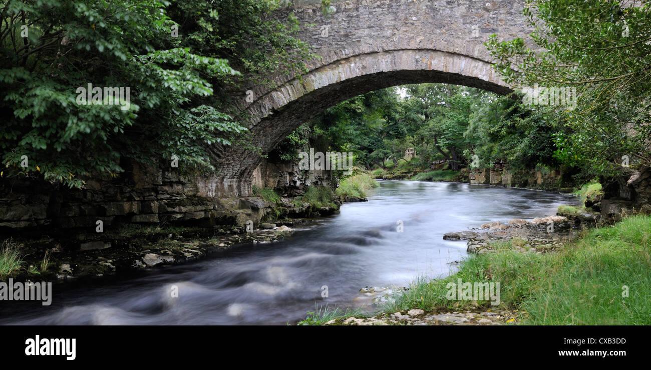 Schnell fließende Wasser unten Coverdale, Hulla Bridge, England, Yorkshire Dales Stockbild
