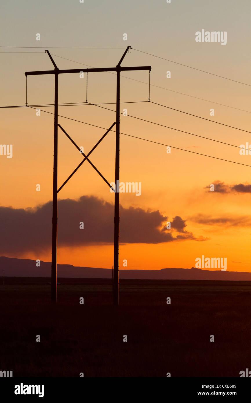 Elektrische Hochspannungsleitungen bei Sonnenuntergang östlich von Boise, Idaho, USA. Stockbild