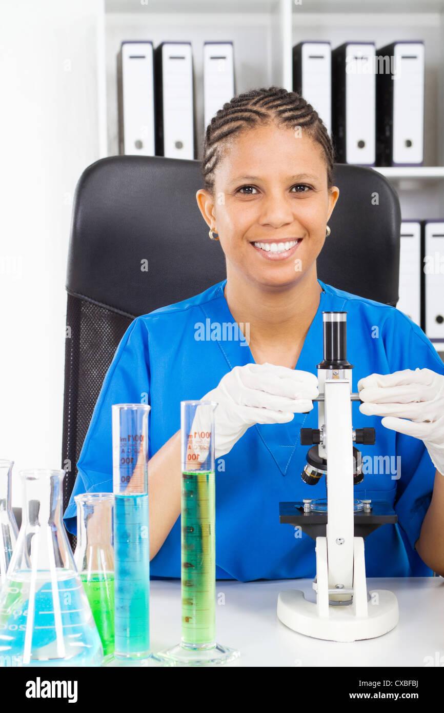 afrikanische amerikanische medizinische Forscherin im Labor Stockbild