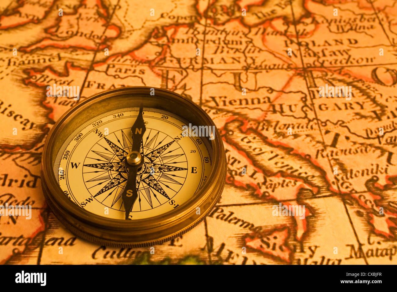 kompass karte Alte Karte von Europa und antiker Kompass. Karte von 1786 ist und