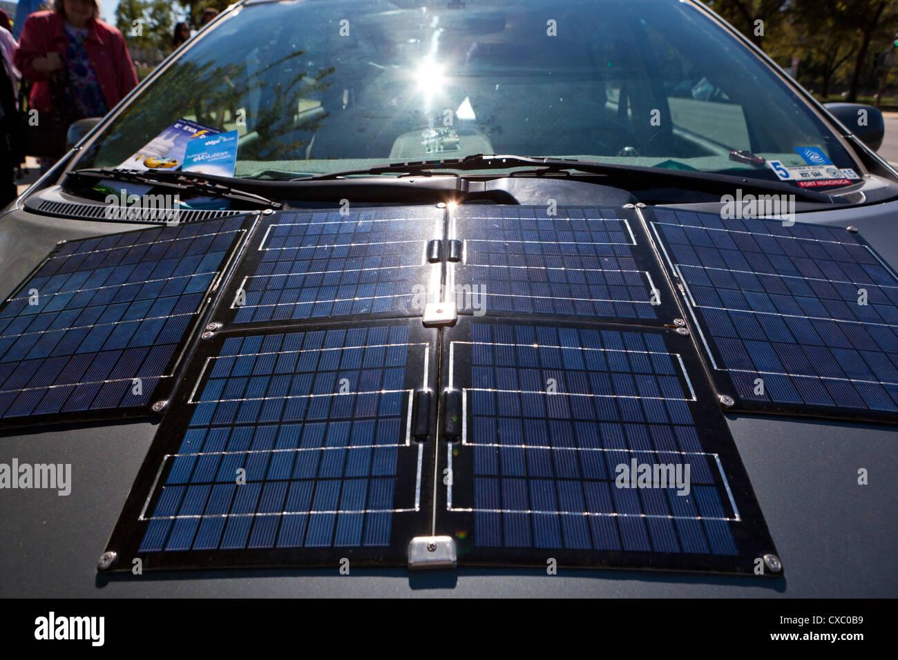 Solarzellen auf Elektroauto Haube installiert Stockbild