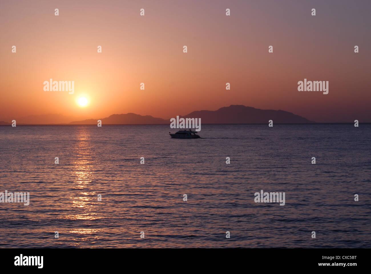 Sun Rise über Tiran Island & Saudi Arabien. Stockbild