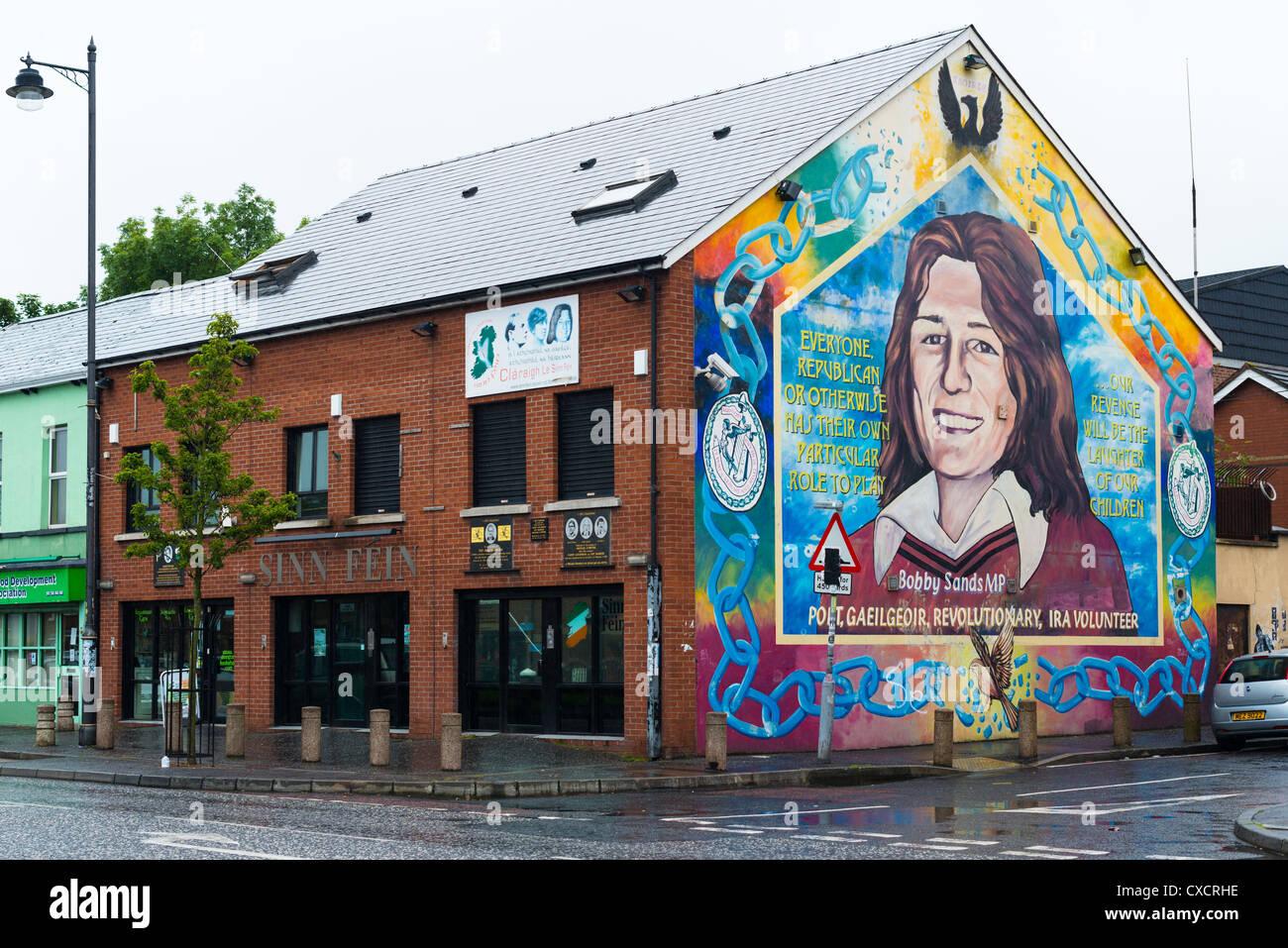 Sinn Féin Wahlkreisbüro mit Wandbild von Bobby Sand auf katholische fällt weg, Belfast in Nordirland. Stockbild