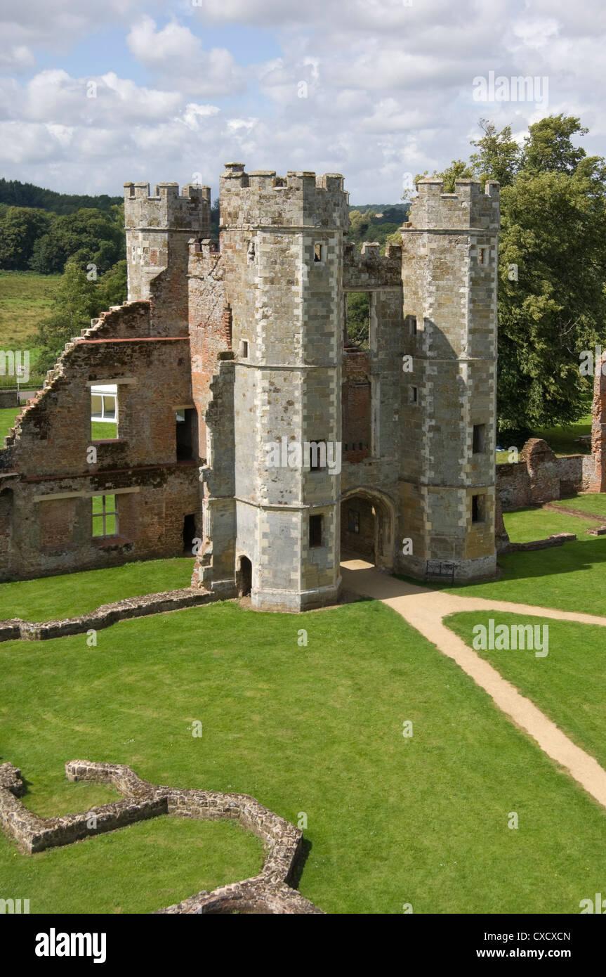Das innere Torhaus, das aus dem 16. Jahrhundert Tudor Cowdray Castle in Midhurst, West Sussex, England, Vereinigtes Stockbild