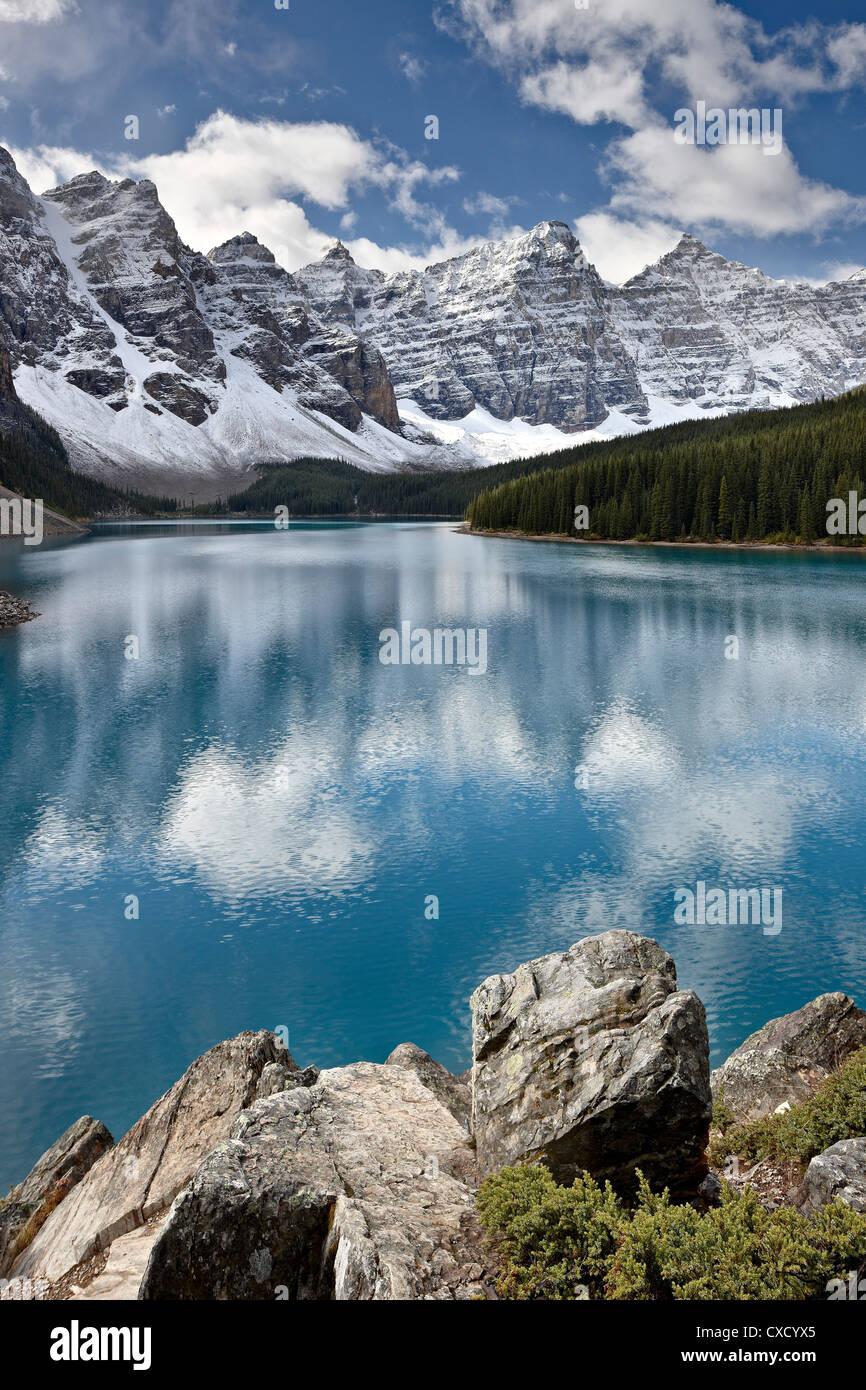 Moraine Lake im Herbst mit frischem Schnee, Banff National Park, UNESCO World Heritage Site, Alberta, Kanada, Nordamerika Stockbild