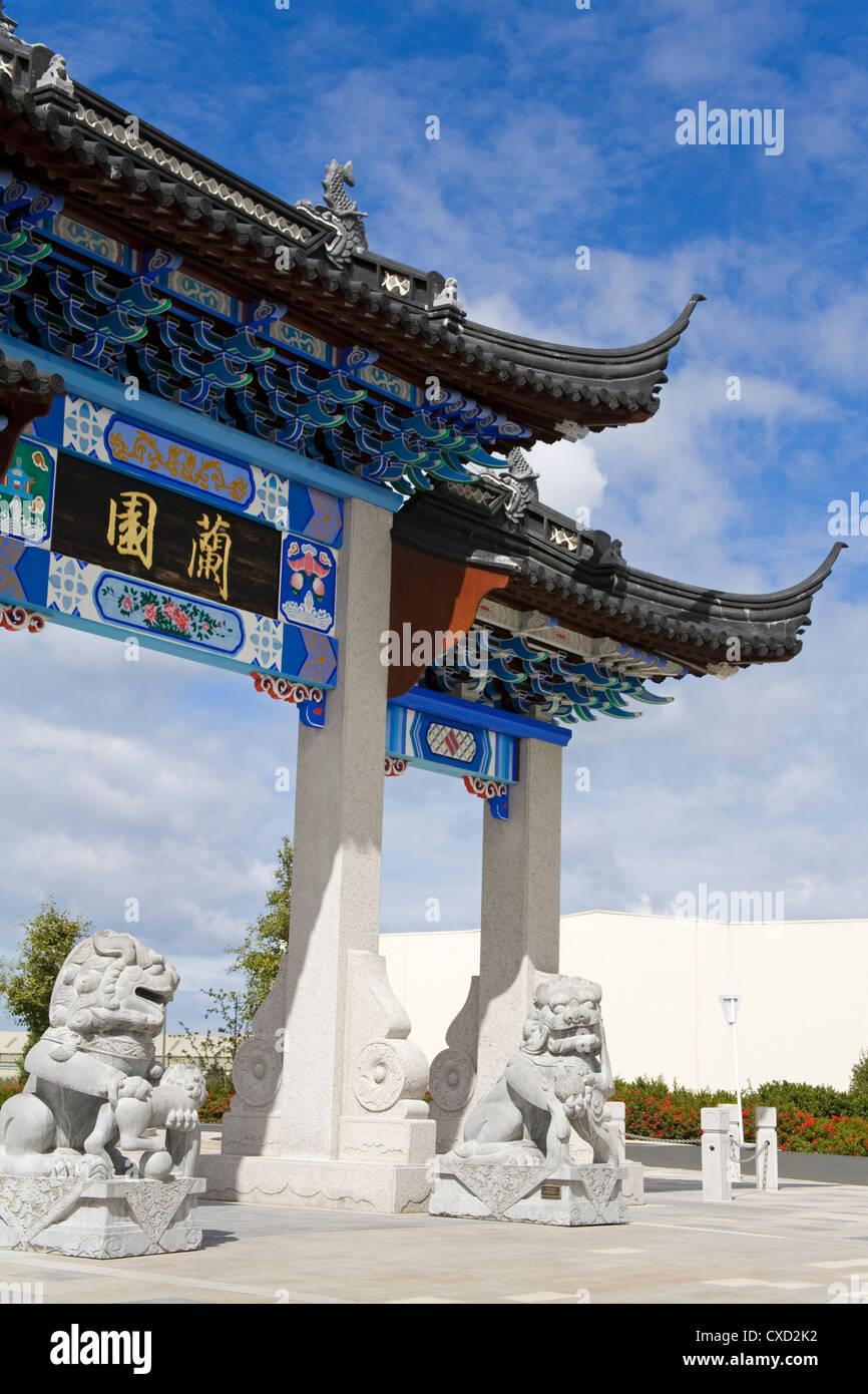 Pai-Lou-Gateway im chinesischen Garten, Central Business District, Dunedin, Otago District, South Island, Neuseeland, Stockbild
