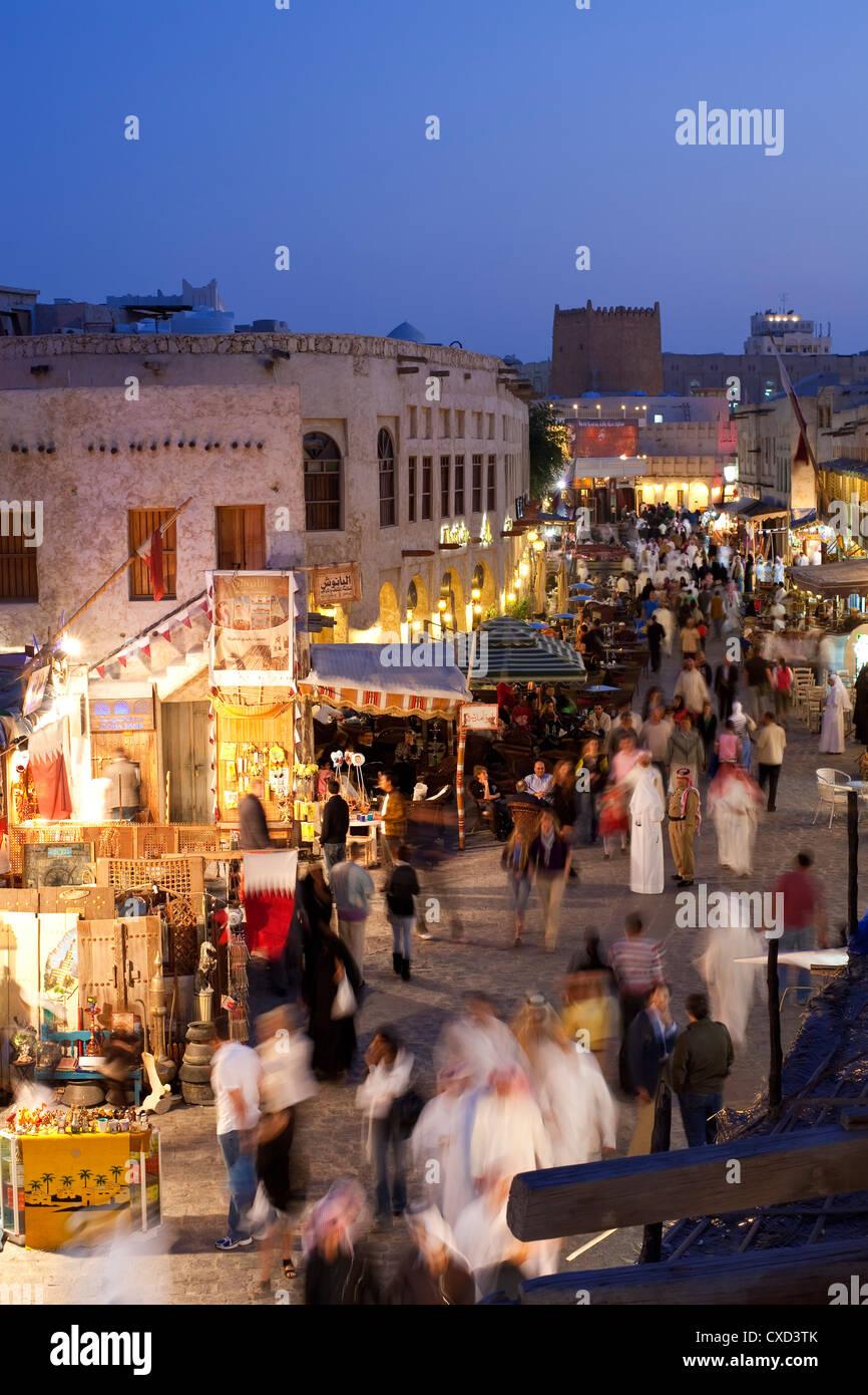 Die restaurierten Souq Waqif mit Schlamm gerendert Geschäfte und ausgesetzt Holzbalken, Doha, Katar, Nahost Stockbild