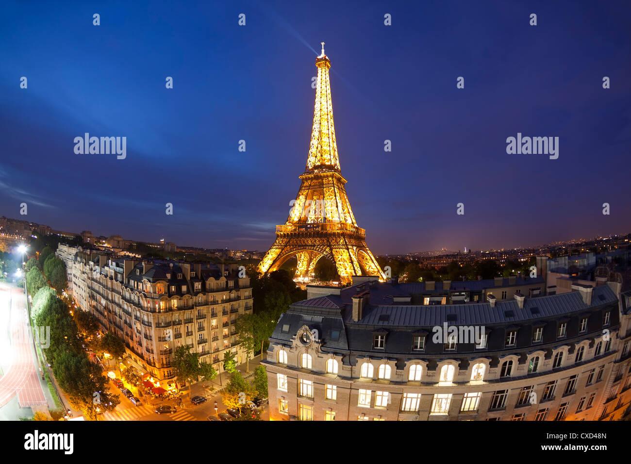 Eiffelturm, betrachtet über Dächer, Paris, Frankreich, Europa Stockbild