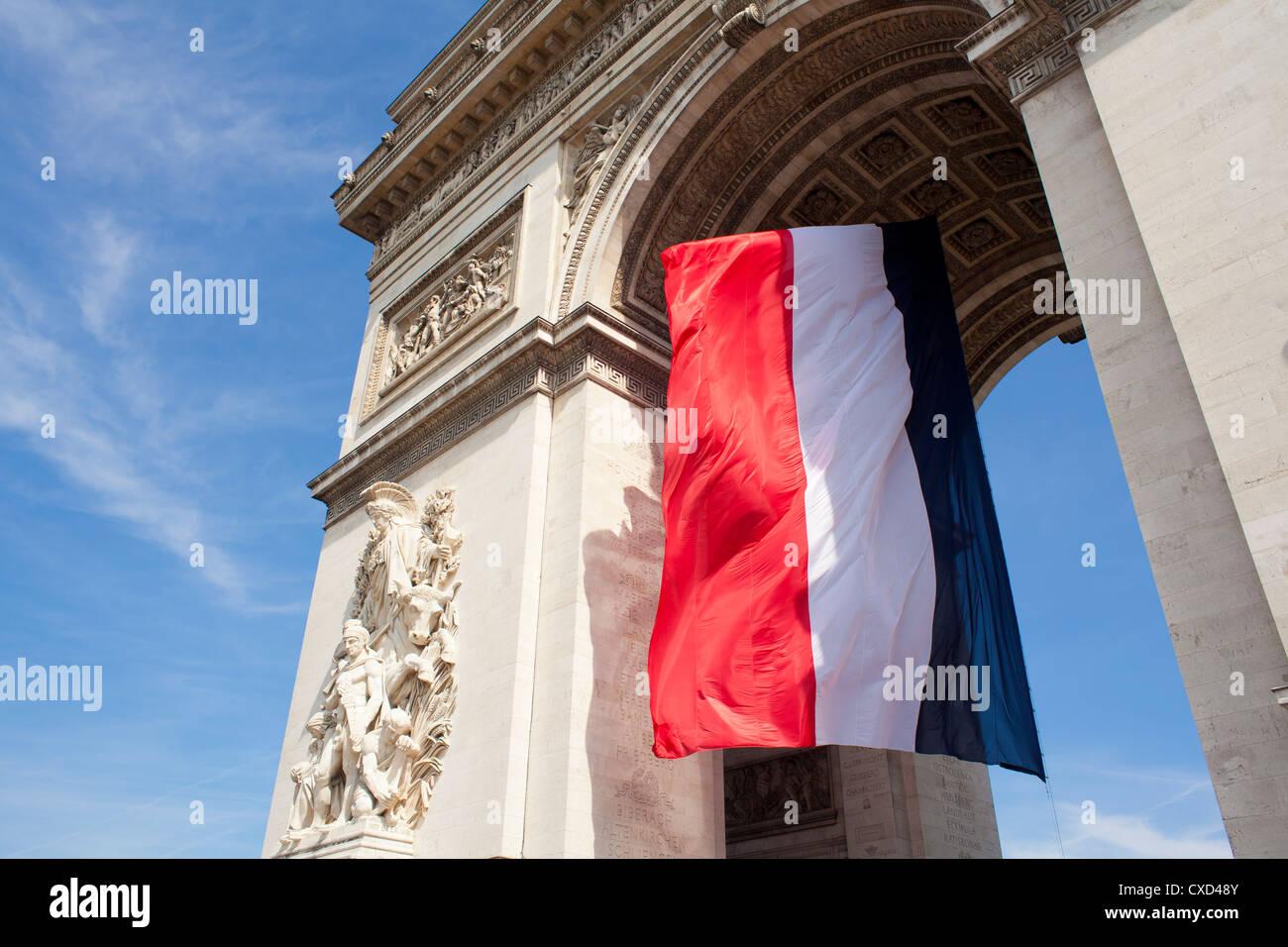 Französische Flagge unter Arc de Triomphe, gebaut von Napoleon, Paris, Frankreich Stockbild