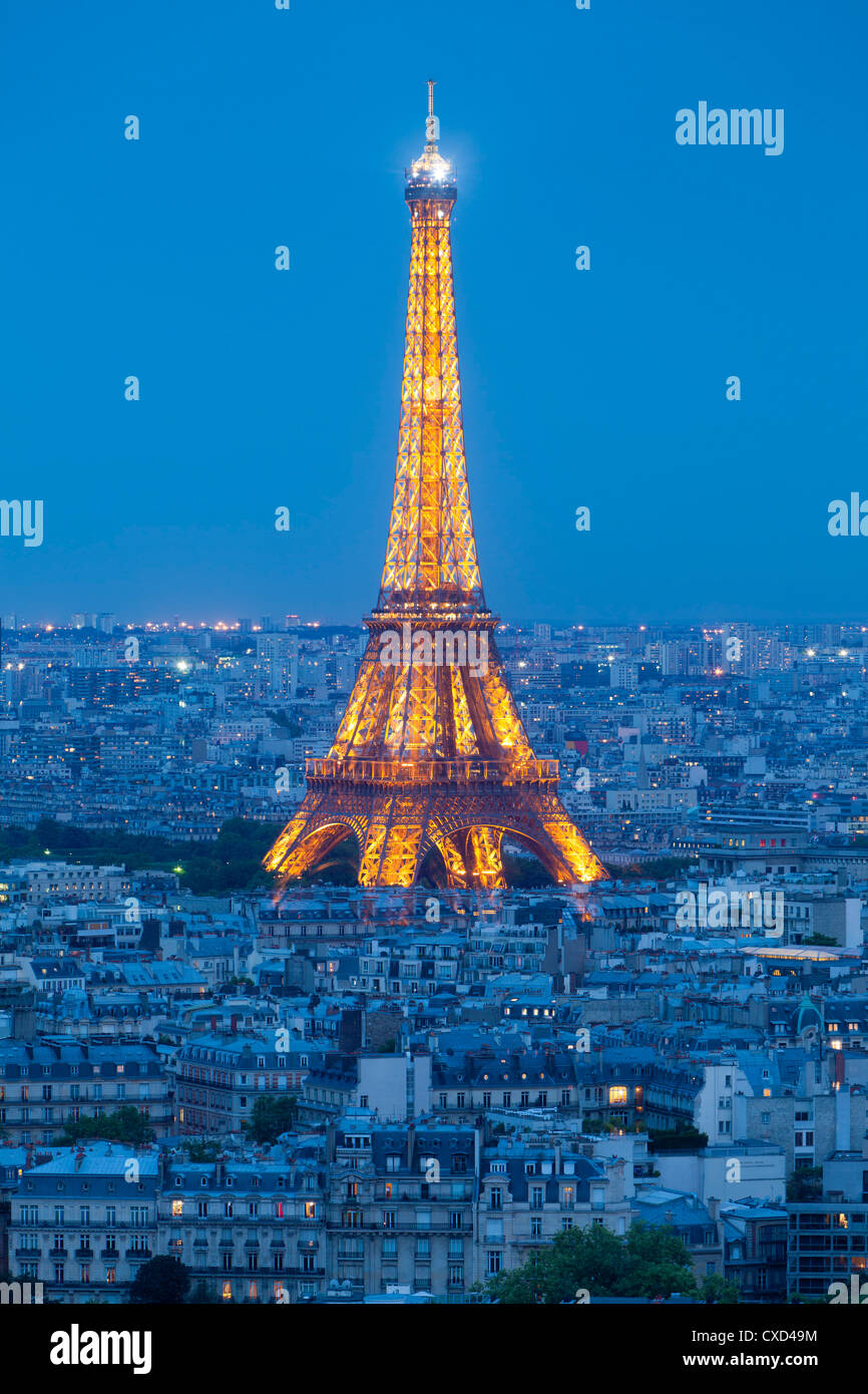Beleuchteten Eiffelturm angesehen, über Dächer, Paris, Frankreich, Europa Stockbild