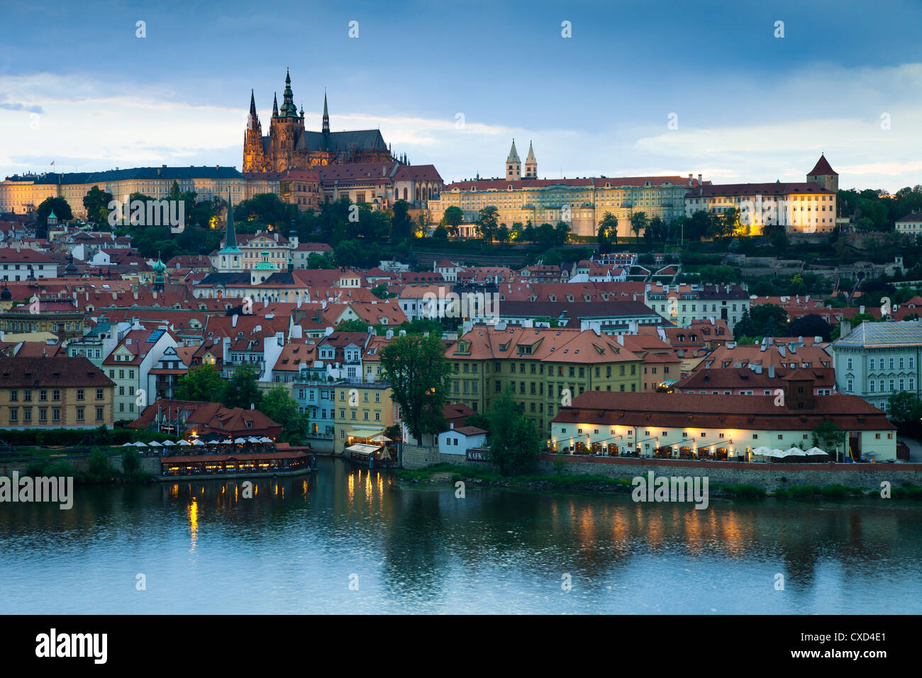 St. Vitus Cathedral, Moldau und das Budaer Burgviertel beleuchtet am Abend, Prag, Tschechische Republik Stockbild
