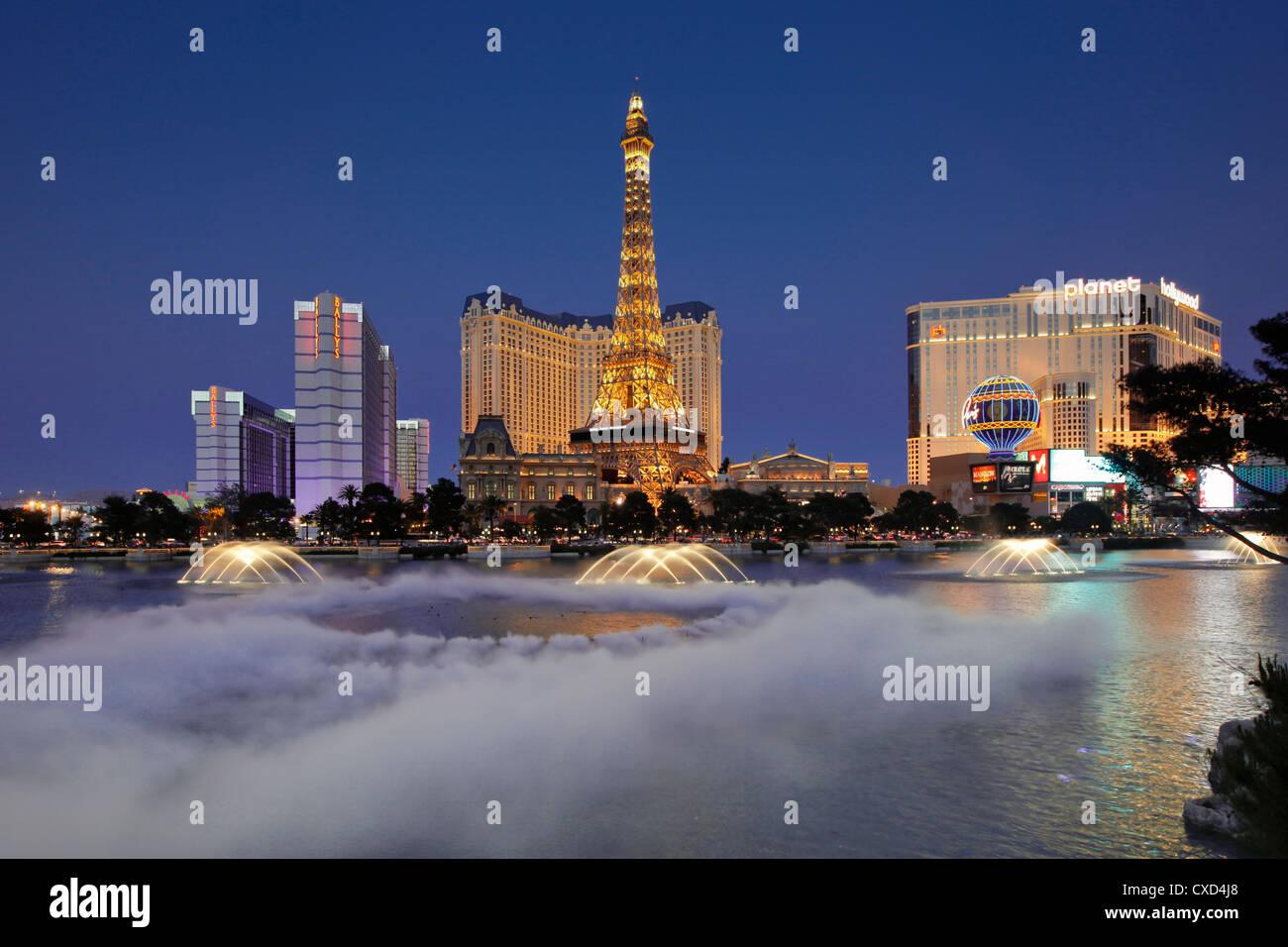 Bellagio Fountains ausführen vor dem Eiffelturm Replik, Las Vegas, Nevada, Vereinigte Staaten von Amerika, Stockbild