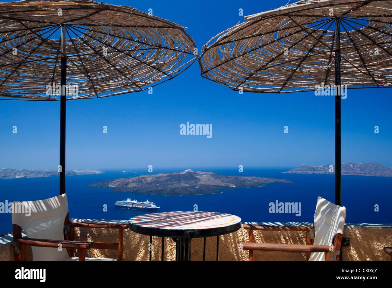 Terrasse mit Blick auf die Caldera, Santorin, Kykladen, griechische Inseln, Griechenland, Europa Stockbild