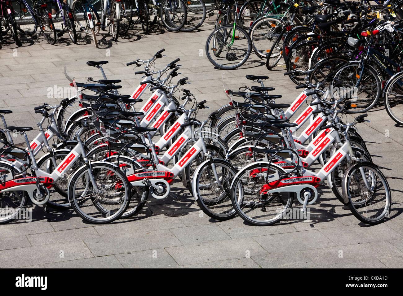 Rufen Sie ein Fahrrad, Vermietung Fahrräder, Deutsche Bahn AG, außerhalb der Hauptbahnhof Köln, Nordrhein Stockbild