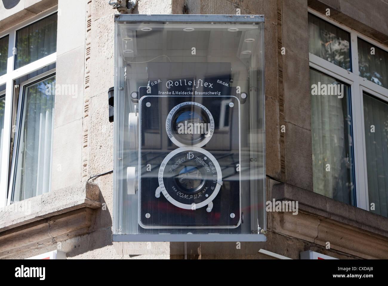 Eine große Rolleiflex Kamera vor einem Fotogeschäft, Stockbild