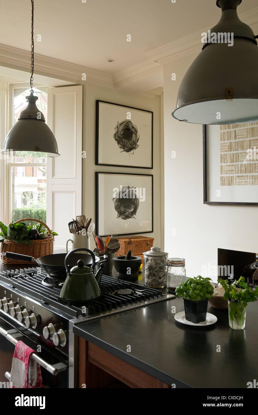 Wasserkocher auf Kochfeld Kücheninsel mit der 1950er Jahre grau ...
