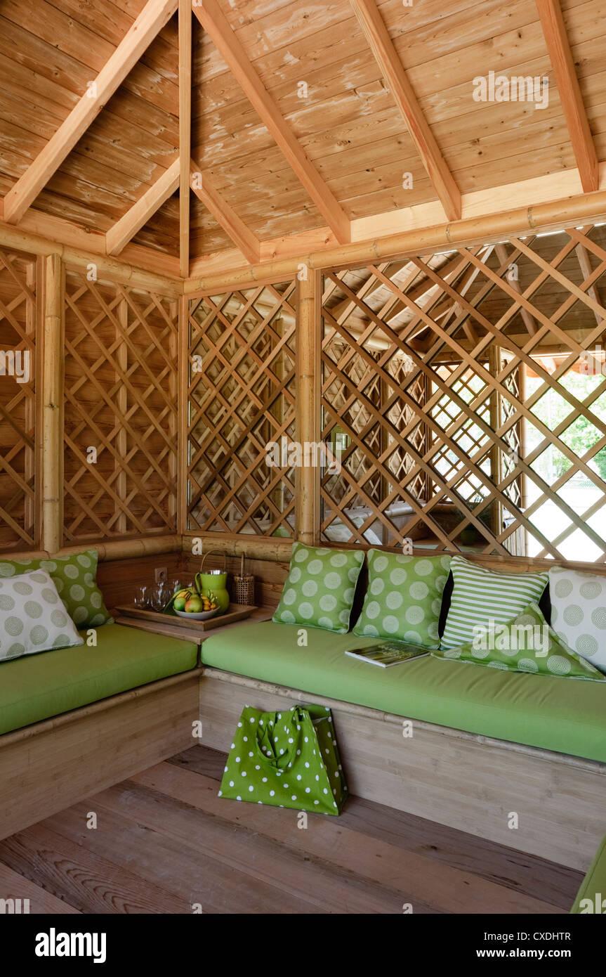 Bambus Gartenhaus Mit Grunen Polstern Und Reflektierenden Wand